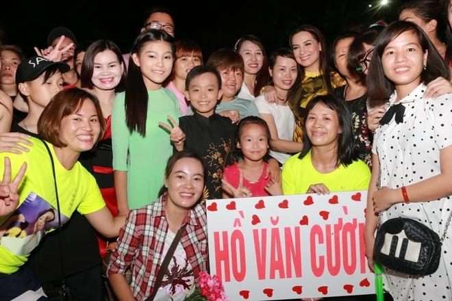 Ho Van Cuong duoc fan vay kin khi lan dau ra Ha Noi hinh anh 8