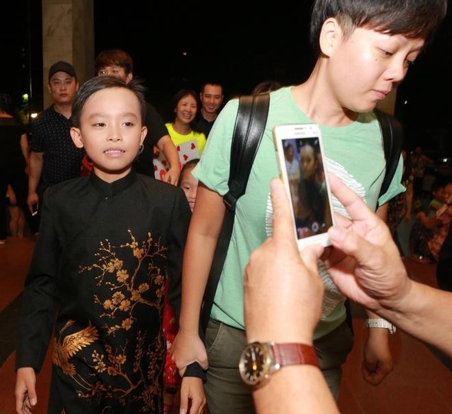 Ho Van Cuong duoc fan vay kin khi lan dau ra Ha Noi hinh anh 2
