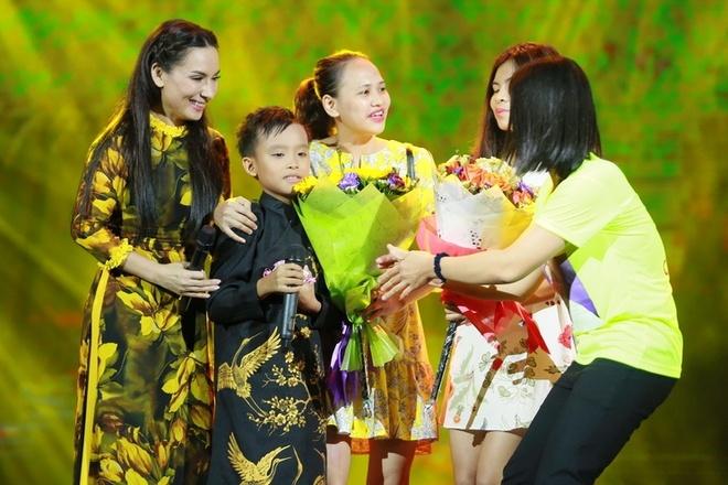 Ho Van Cuong duoc fan vay kin khi lan dau ra Ha Noi hinh anh 5