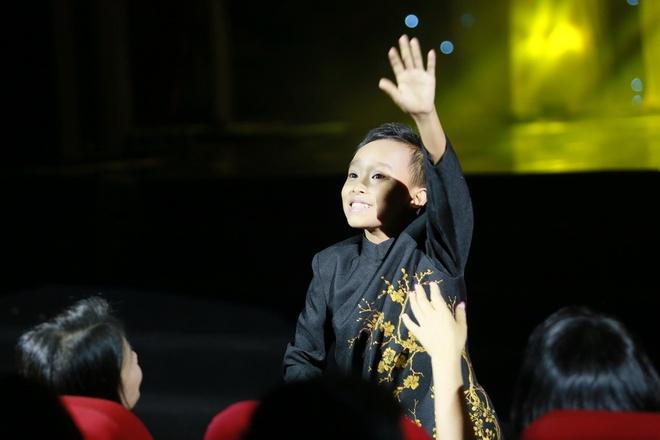 Ho Van Cuong duoc fan vay kin khi lan dau ra Ha Noi hinh anh 4