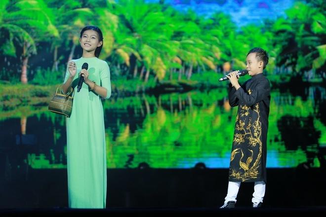 Ho Van Cuong duoc fan vay kin khi lan dau ra Ha Noi hinh anh 6