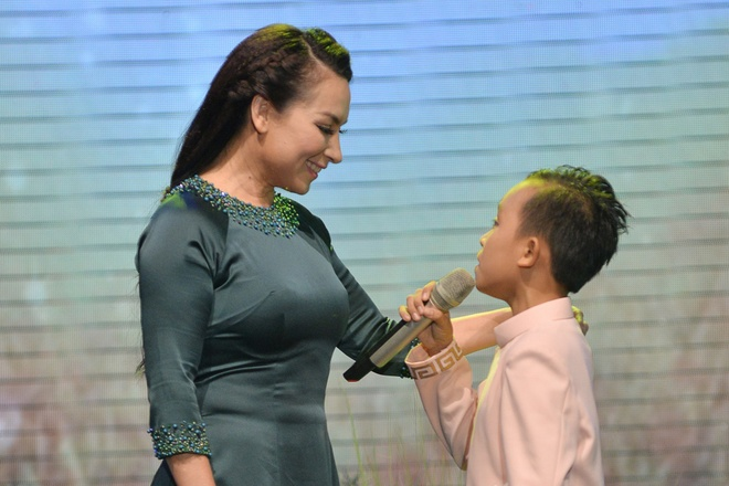 Phi Nhung - Ho Van Cuong song ca 'Con thuong rau dang moc sau he' hinh anh