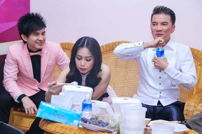 Minh Tuyet khoe vai tran ben Noo Phuoc Thinh hinh anh 11