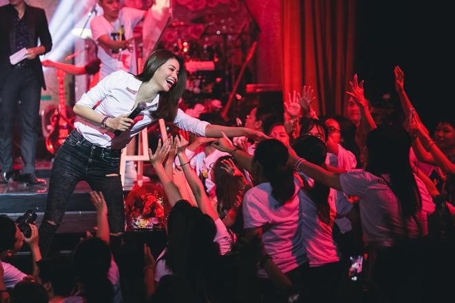 Pham Huong mac gian di di hop fan hinh anh 4