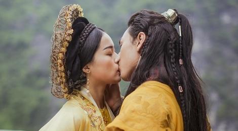 Isaac khoa moi Ha Vi trong MV nhac phim 'Tam Cam' hinh anh