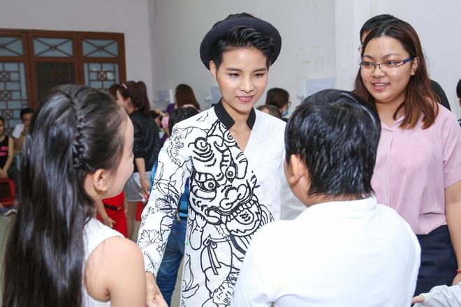 Dong Nhi duoc Ong Cao Thang che o, diu di khi troi mua hinh anh 8