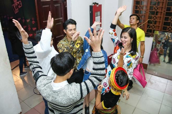Dong Nhi, Ong Cao Thang mac do sac so di cham thi hinh anh 3