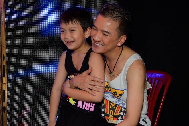 Con trai nuoi den tham Mr. Dam khi tong duyet live show hinh anh 2