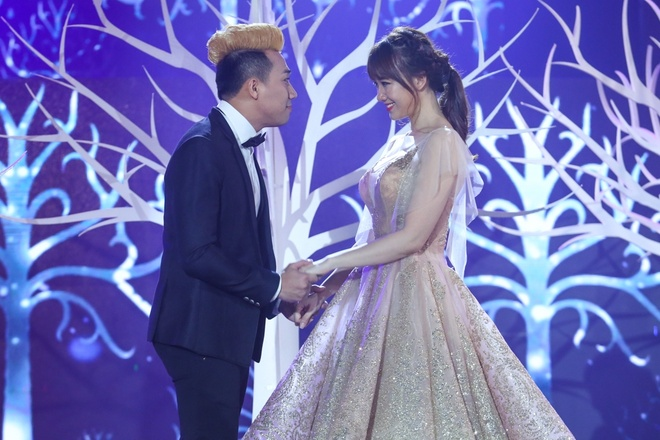 Tran Thanh om ap Hari Won tren san khau hinh anh 1