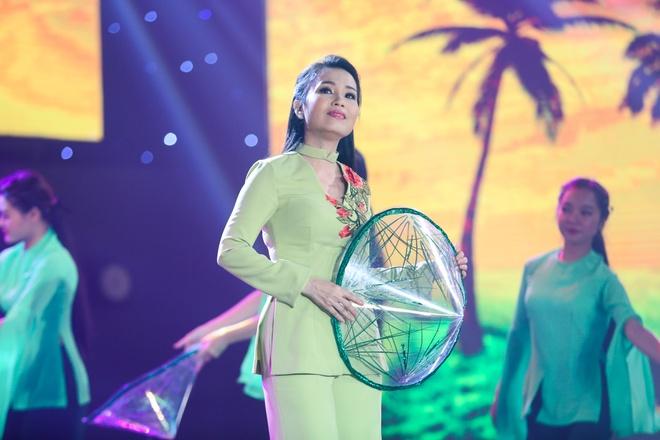 Tran Thanh om ap Hari Won tren san khau hinh anh 7