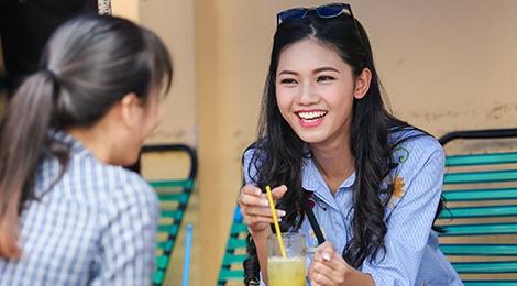A hau Thanh Tu uong nuoc mia tren via he Sai Gon hinh anh
