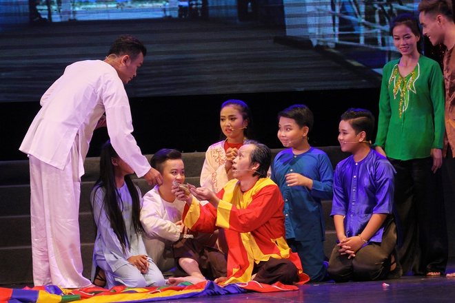 Hoai Linh nhan than dong cai luong mien Tay lam con nuoi hinh anh 4
