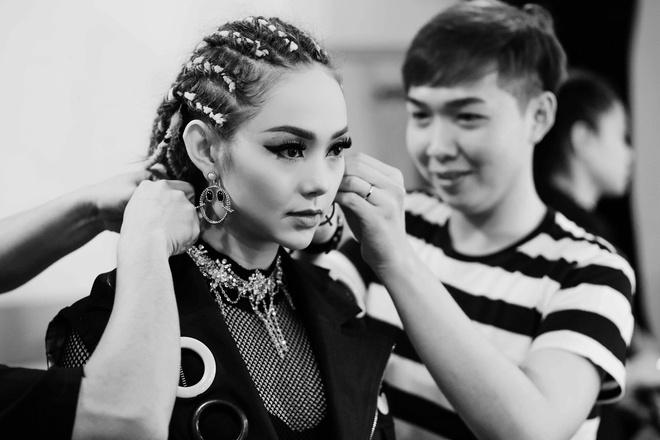 Minh Hang bi thuong tren phim truong quay MV anh 5