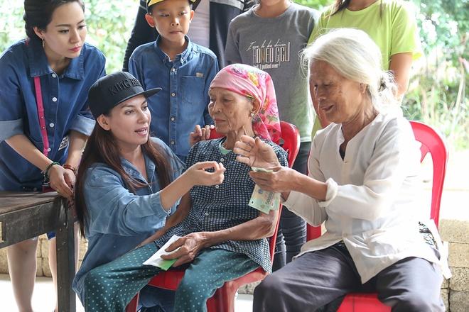 Phi Nhung dua con nuoi Ho Van Cuong di cuu tro mien Trung hinh anh 8