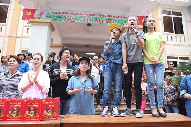 Phi Nhung dua con nuoi Ho Van Cuong di cuu tro mien Trung hinh anh 3