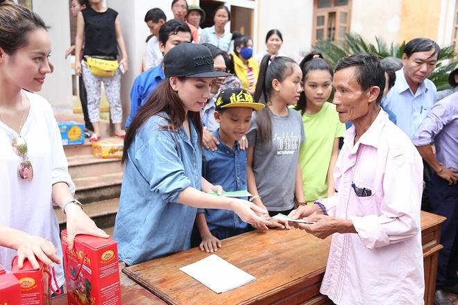 Phi Nhung dua con nuoi Ho Van Cuong di cuu tro mien Trung hinh anh 2