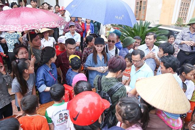 Phi Nhung dua con nuoi Ho Van Cuong di cuu tro mien Trung hinh anh 4