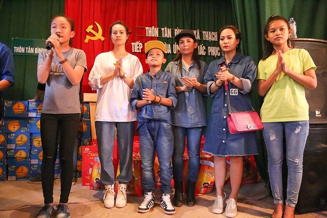 Phi Nhung dua con nuoi Ho Van Cuong di cuu tro mien Trung hinh anh 9