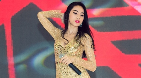 Thuy Tien, Dong Nhi dien voi jumpsuit goi cam hinh anh