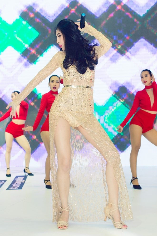 Thuy Tien, Dong Nhi dien voi jumpsuit goi cam hinh anh 2