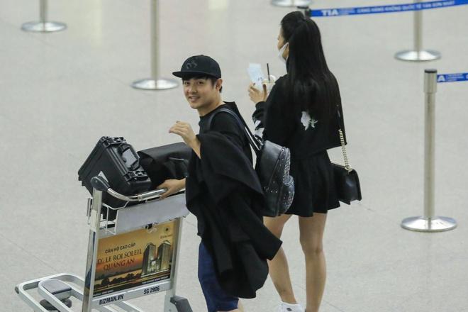 Dong Nhi va ban trai gian di tai san bay khi sang du MTV EMA hinh anh 6