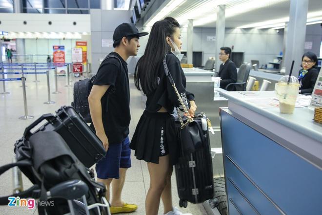 Dong Nhi va ban trai gian di tai san bay khi sang du MTV EMA hinh anh 3