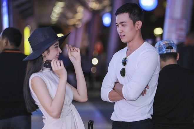 Angela Phuong Trinh than mat voi ban trai Vo Canh o san bay hinh anh 5