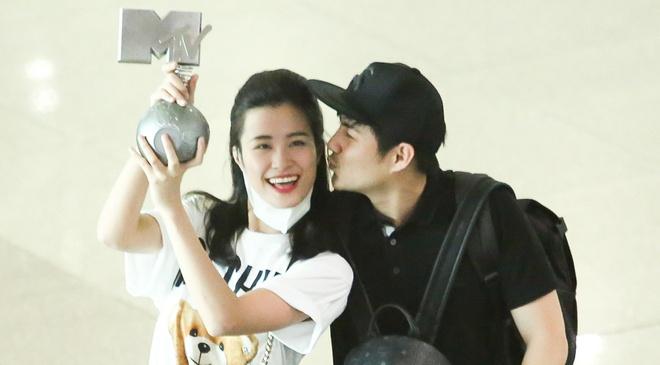 Dong Nhi gio cup MTV EMA khoe voi fan tai san bay hinh anh