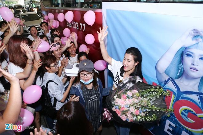 Dong Nhi khoe cup MTV EMA giua san bay anh 8