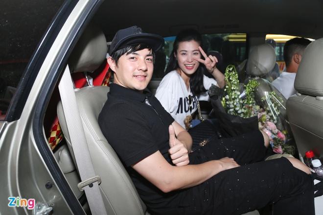 Dong Nhi khoe cup MTV EMA giua san bay anh 9