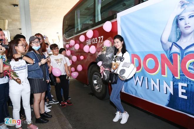 Dong Nhi gio cup MTV EMA khoe voi fan tai san bay hinh anh 7