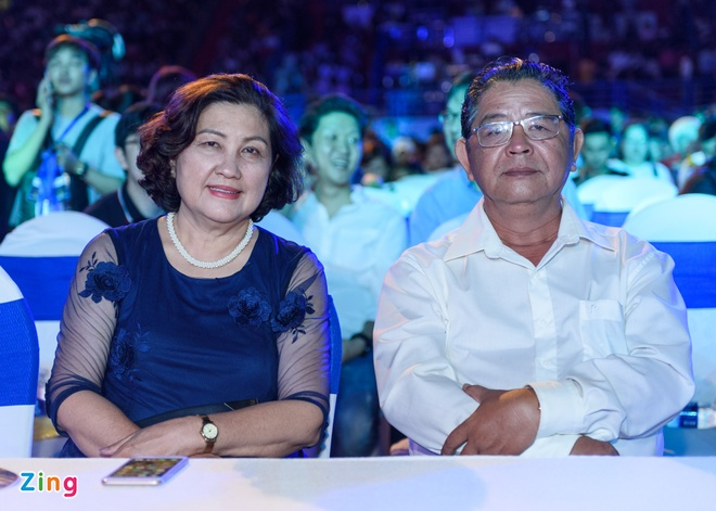 Sao Viet gian di den xem live show Noo Phuoc Thinh hinh anh 2
