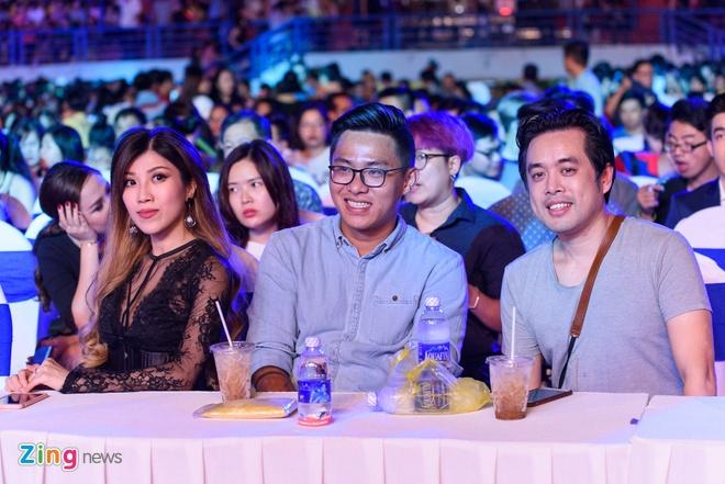 Sao Viet gian di den xem live show Noo Phuoc Thinh hinh anh 6