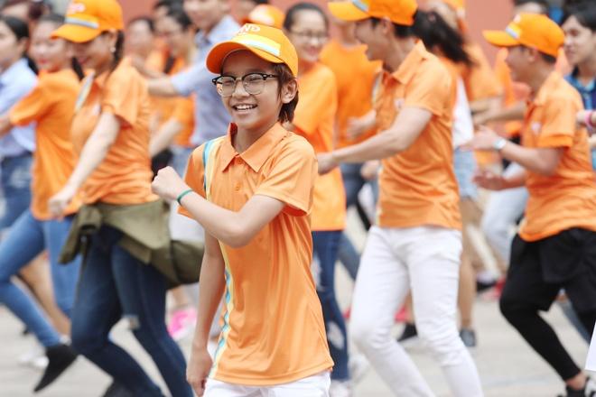 Toc Tien tuoi tan nhay flashmob giua troi nang hinh anh 8