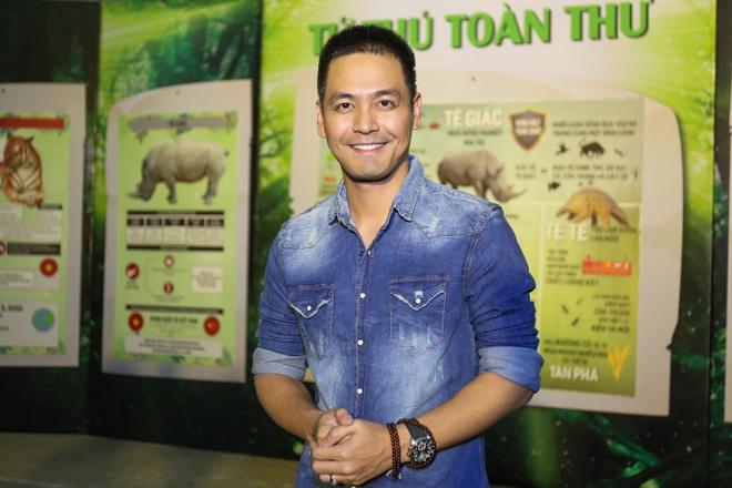 Pham Huong coi ao khoac de nhay cung MC Phan Anh hinh anh 2
