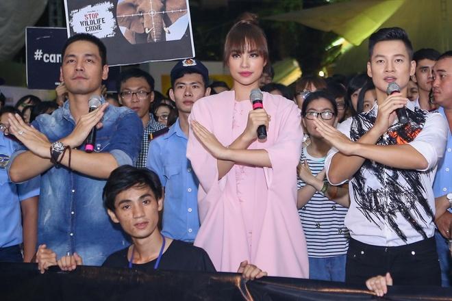 Pham Huong coi ao khoac de nhay cung MC Phan Anh hinh anh 4
