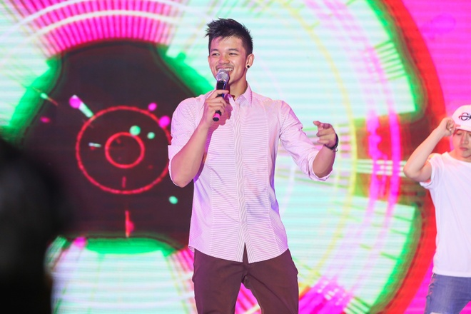 Pham Huong coi ao khoac de nhay cung MC Phan Anh hinh anh 7