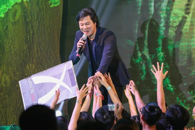 Pham Huong coi ao khoac de nhay cung MC Phan Anh hinh anh 8