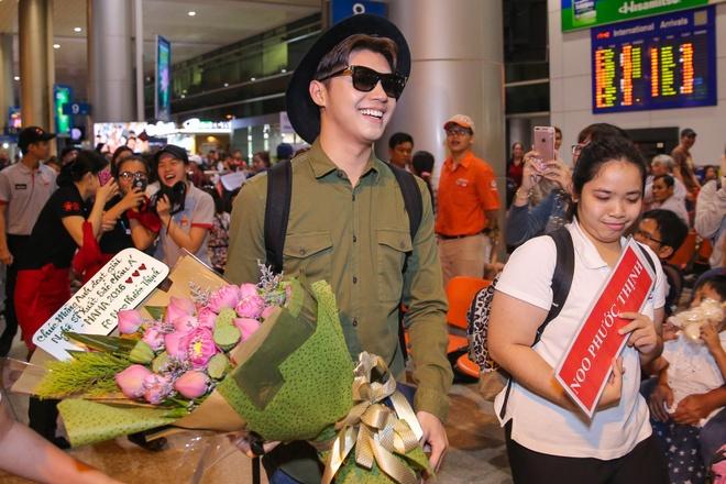 Noo Phuoc Thinh duoc fan chuc mung tai san bay hinh anh 4