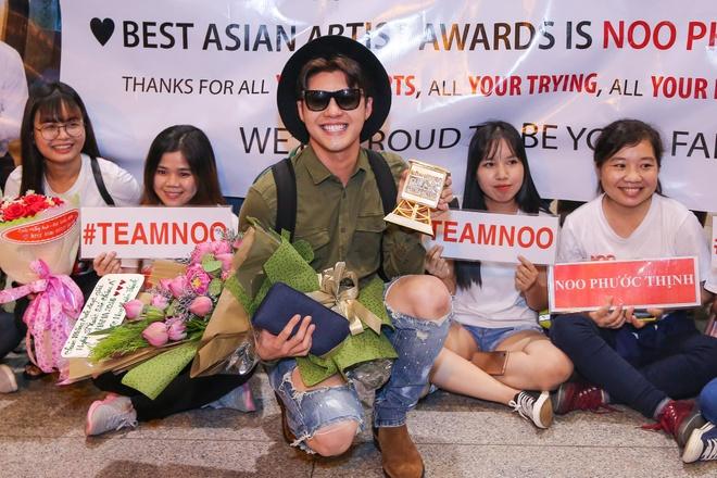 Noo Phuoc Thinh duoc fan chuc mung tai san bay hinh anh 5
