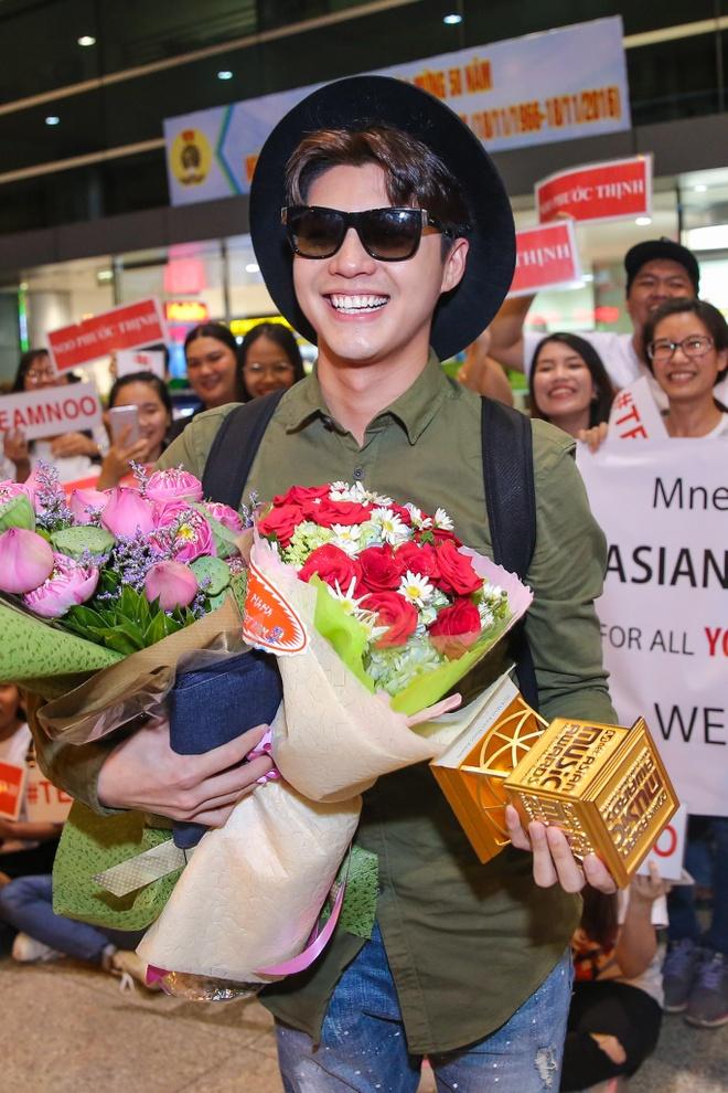 Noo Phuoc Thinh duoc fan chuc mung tai san bay hinh anh 6