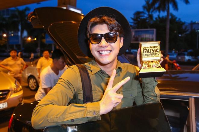 Noo Phuoc Thinh duoc fan chuc mung tai san bay hinh anh 7