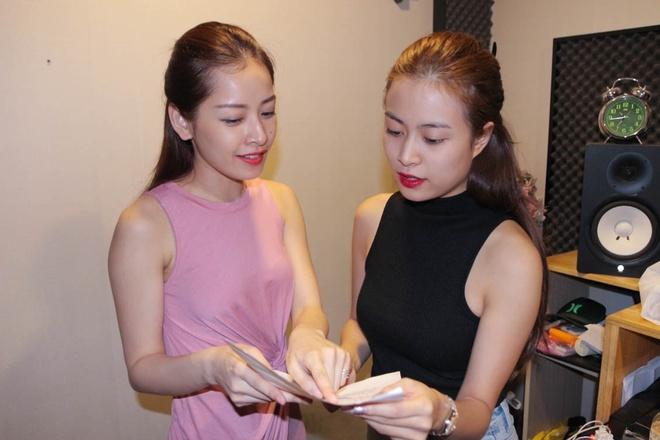 Chi Pu lan dau song ca cung Hoang Thuy Linh hinh anh 1