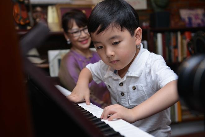 Than dong piano 5 tuoi Evan Le tham nha Trinh Cong Son hinh anh
