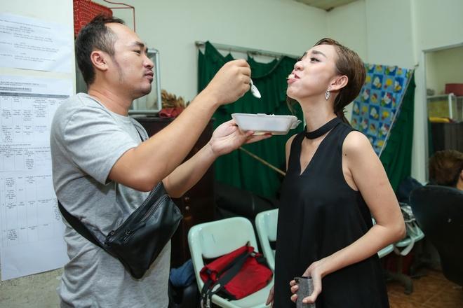Tran Thanh chay show cho Chi Tai sat ngay cuoi anh 11