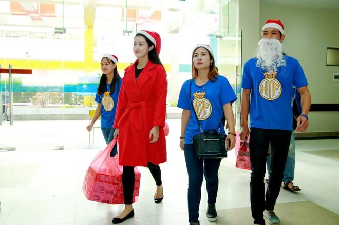 Khong chay show, Huyen My hoa 'nang tien Noel' di tu thien hinh anh 1