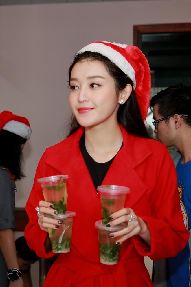 Khong chay show, Huyen My hoa 'nang tien Noel' di tu thien hinh anh 2