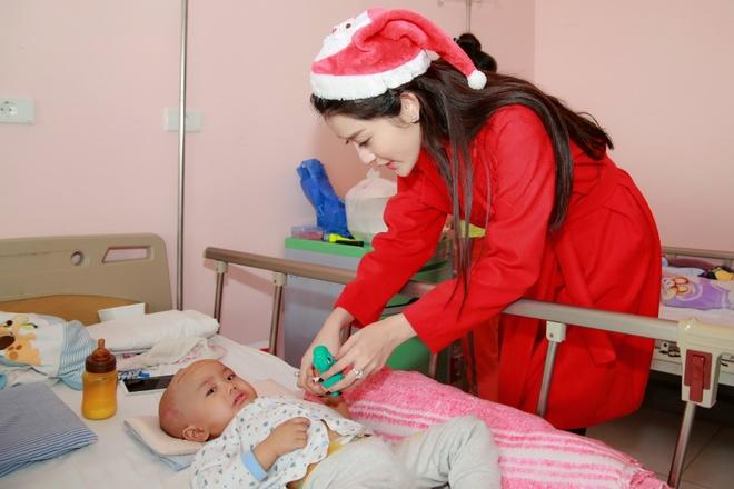 Khong chay show, Huyen My hoa 'nang tien Noel' di tu thien hinh anh 3