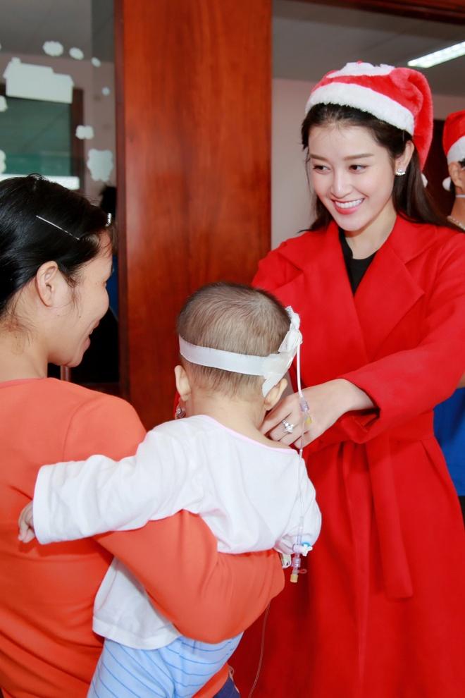 Khong chay show, Huyen My hoa 'nang tien Noel' di tu thien hinh anh 4