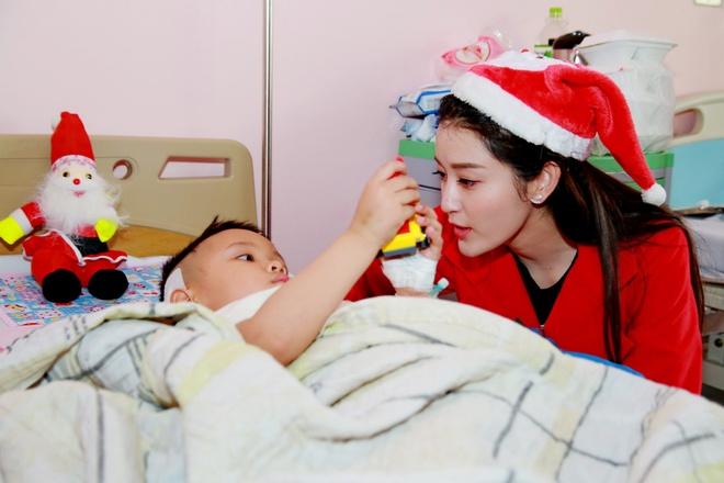 Khong chay show, Huyen My hoa 'nang tien Noel' di tu thien hinh anh 5